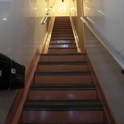 お部屋へ上がる階段。