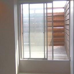 窓越しのデッキ(写真は別室です)