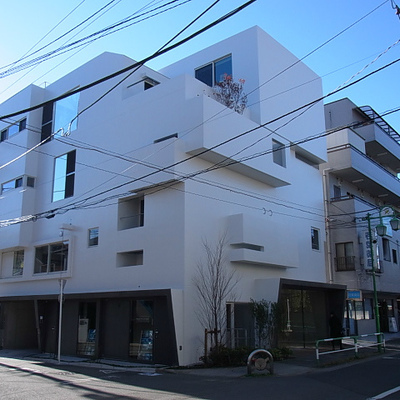 コンクリートの白い外壁