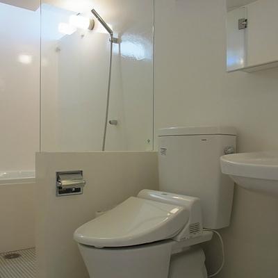 白く透明感のある洗面室