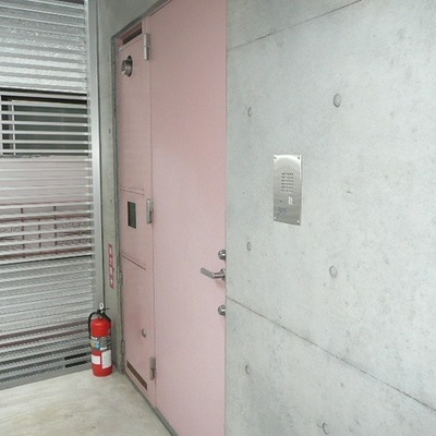 扉もピンク色。