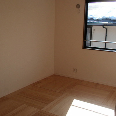 二階も明るい!こちらはパインの床。子供部屋にぴったり!