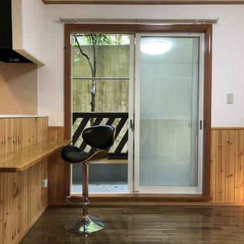 【LDK】窓も大きめです。※家具はサンプルです