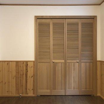 【洋室】前の扉は収納です。