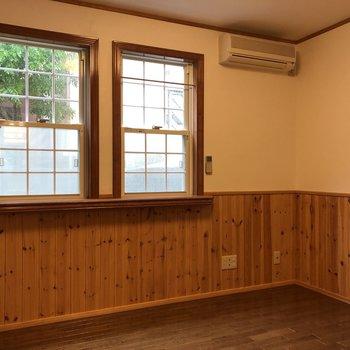 【洋室】続いて洋室へ。全室無垢床です。