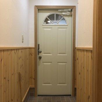 玄関も、、。ガチャっと回るドアノブが好きです。