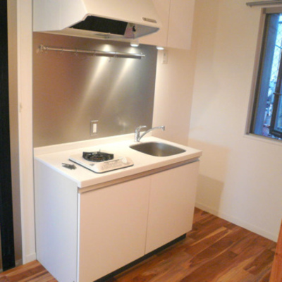 キッチンは1口コンロ。シンプルで清潔感があります※写真は前回募集時のものです