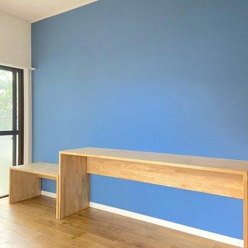 濃いめのブルーのクロスがアクセント!木製の棚はデスクにしたりと、用途は様々です。