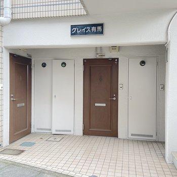お部屋は右側の玄関扉から。