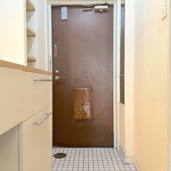 玄関は白のタイルで入り口から爽やかです。