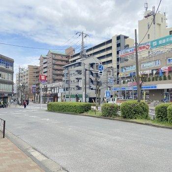 駅前にはコンビニやドラッグストア、飲食店などが一通り揃っていますよ。