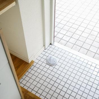玄関は白のタイルで入り口から爽やか!※写真は前回募集時のもの