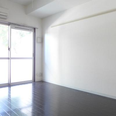 落ち着いたフローリングに、窓から光が入り心地良い♪※写真は別部屋です。