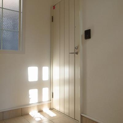 玄関の扉はホワイト。