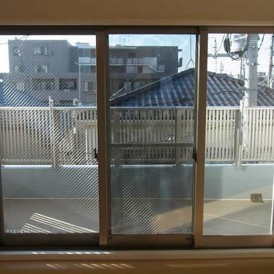 採光バツグンの窓。西日はきついかも。
