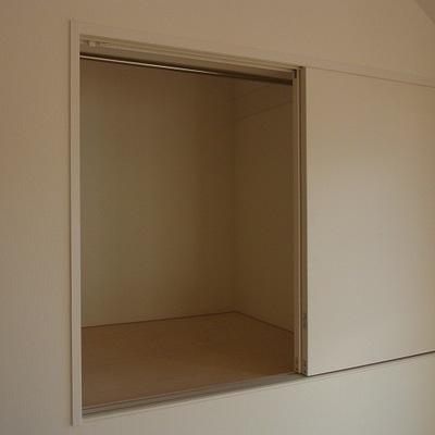 小窓のような収納スペース…