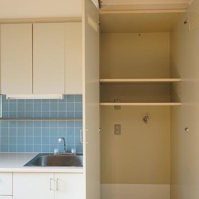 洗濯機置場は扉つきですっきり。※写真は別部屋です
