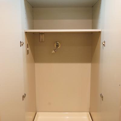 洗濯機置き場は扉と照明つき。