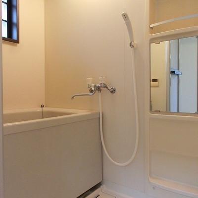 追い炊き機能のある明るいバスルーム