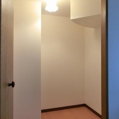 ライトも可愛らしい階段下収納