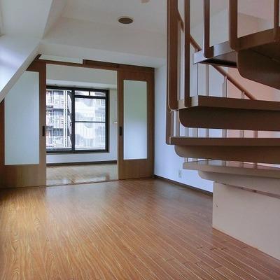 お部屋にすっと馴染むらせん階段。