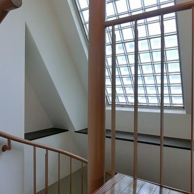 ガラスブロックがアクセントとなるらせん階段部分です