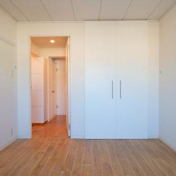 収納もあるので、大きな寝室に良さそう。※写真はクリーニング完了前の写真です