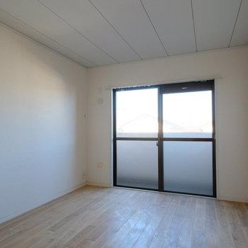 玄関横の居室は8帖で広々!※写真はクリーニング完了前の写真です
