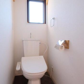 トイレに窓があるのも嬉しいですね。※写真はクリーニング完了前の写真です