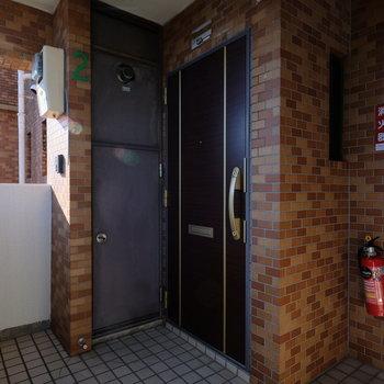 玄関前はこのお部屋のみの玄関。ほかのお部屋には別の入り口からはいるので、落ち着いています。