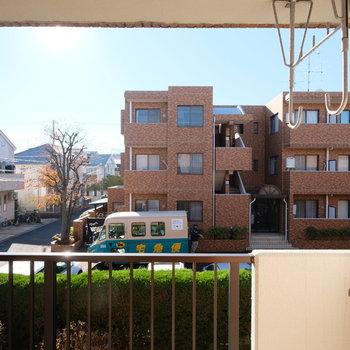 眺望は隣のマンションまで駐車場を挟むので、開けていますよ