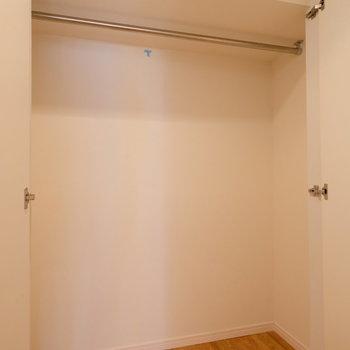 玄関廊下にこんなに大きな収納がありますよ!※写真はクリーニング完了前の写真です
