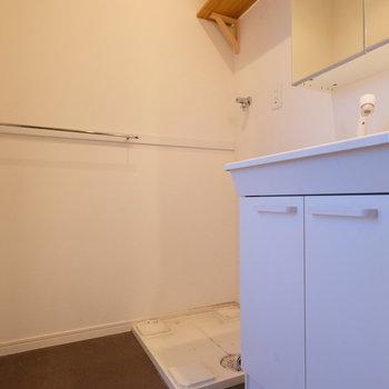 脱衣所の洗面台は収納力◎※写真はクリーニング完了前の写真です