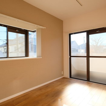 ベランダにも出られる出窓付きの居室。1番明るいお部屋です!※写真はクリーニング完了前の写真です