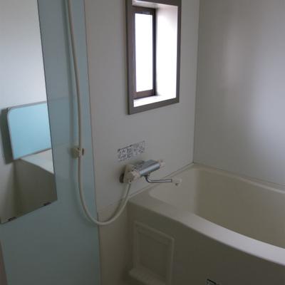窓付が嬉しいお風呂。浴室乾燥つき。