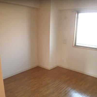 奥の寝室にもちゃんと窓があります