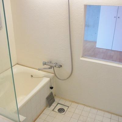 窓付きの解放感たっぷりのバスルーム。