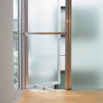 窓はこの程度しか空きません。※写真は別室です