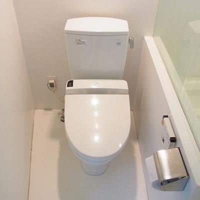 ウォッシュレット付きのトイレです。※写真は別室です