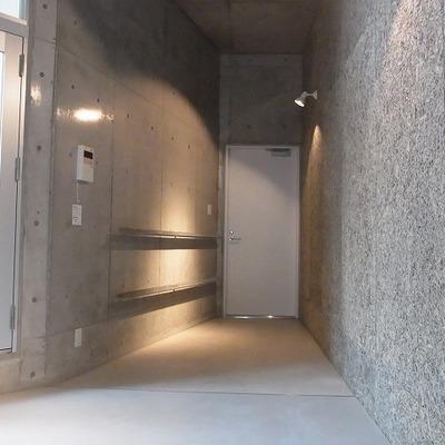 玄関はスポットライトがいい感じ。※写真は前回募集時のものです