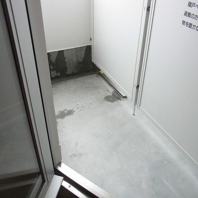 ベランダはこんな感じ。狭いです。 ※写真は3階同間取り別部屋のものです