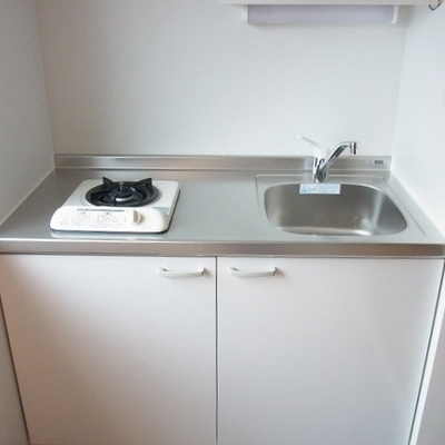 ガスコンロ1口のシンプルキッチン。 ※写真は3階同間取り別部屋のものです