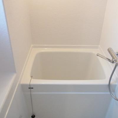 バスルームもなかなかのコンパクトさ。窓ついてます! ※写真は3階同間取り別部屋のものです