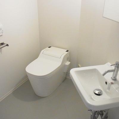 洗面台とトイレは同スペースに。 ※写真は3階同間取り別部屋のものです