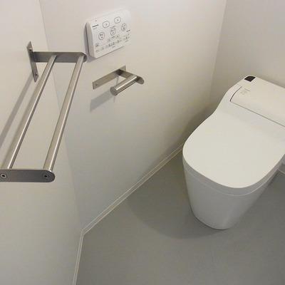 タンクレスのウォッシュレットトイレ。 ※写真は3階同間取り別部屋のものです