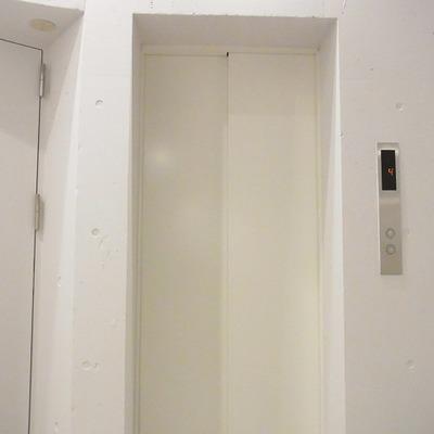 エレベーターは前方後方どちらも開くタイプです。