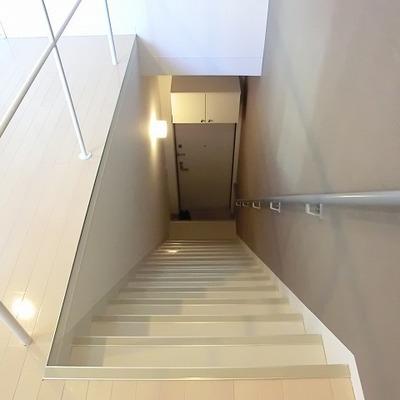 階段も幅が広め※写真は別部屋です。