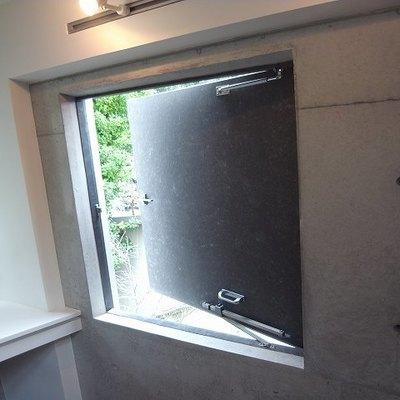 押し出し式の窓。換気に良いかもしれません。※写真は別部屋です