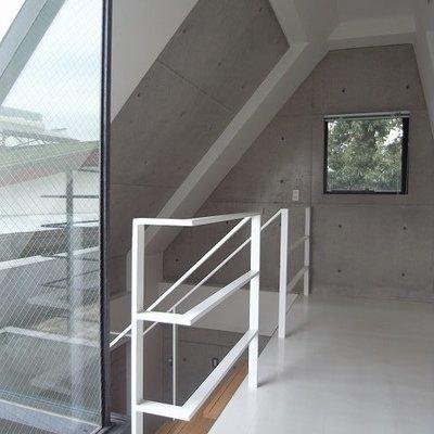 2階スペースは白い床。寝るには狭いかな・・・?※写真は別部屋