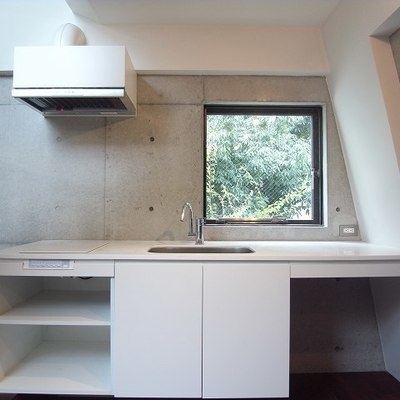 調理スペース沢山の真っ白でモダンなキッチン。※写真は別部屋